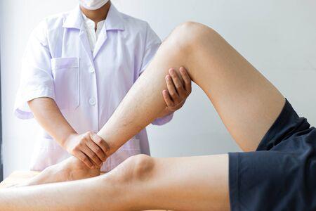 Professionelle Therapeuten sind Dehnungsmuskulatur, Patienten mit abnormalen Muskelsymptomen, physikalische Rehabilitationstherapien und Behandlung von physiologischen Störungen nach dem Konzept des Physiotherapeuten. Standard-Bild