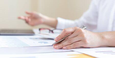 Finanzgeschäftsleute analysieren und untersuchen Einnahmen - Ausgaben für Immobilien des Unternehmens, Finanz- und Steuersystemkonzept. Standard-Bild