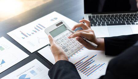 Buchhaltungsgeschäftsleute berechnen Einkommensausgaben und analysieren Immobilieninvestitionsdaten, Finanz- und Steuersystemkonzept.