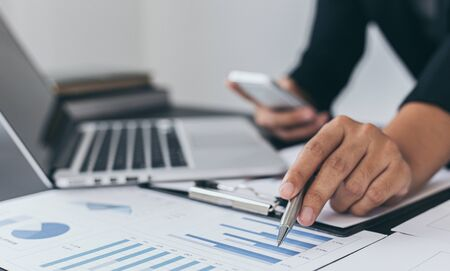 Head of marketing has analyzed the financial income graph of the company in order to develop the structure of the company to be ready for the economy in the future. Financial results analysis concept. Banque d'images