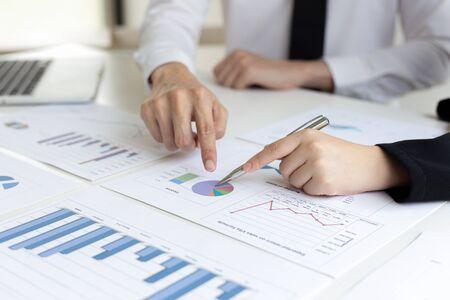 Der Präsident und die Marketingmitarbeiter des Unternehmens beriefen die Einnahmen und die Analyse des Immobiliendatendiagramms im Büro ein. Brainstorming-Ideen zum Finanz- und Rechnungswesenkonzept. Standard-Bild