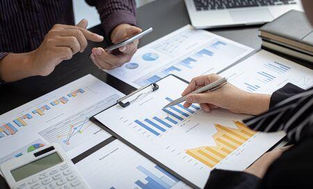 Reunión del equipo de negocios presente, empresarios e inversores están intercambiando ideas y analizando gráficos de datos de ingresos anuales para presentar su trabajo a los gerentes financieros, contabilidad financiera, Texas