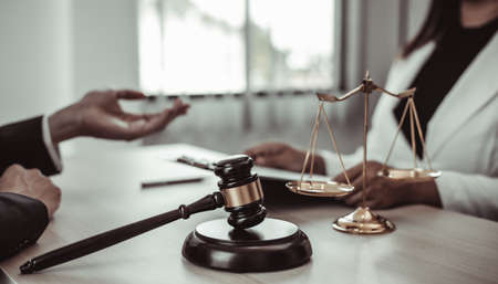 Attorneys or consultants work in the courtroom and negotiate with clients or complainants who want justice in corporate fraud cases, Litigation and justice concept. Foto de archivo