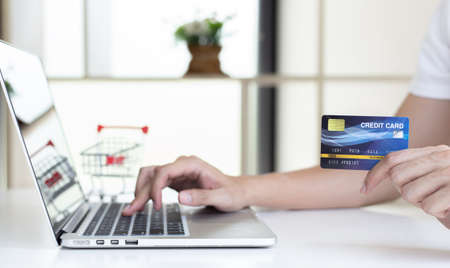 Men use laptop to register online purchases using credit card payments, Convenience in the world of technology and the internet, Shopping online and banking online concept. 免版税图像