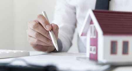 Sales manager or real estate agent will be prepared to show you a sample home and detail the terms of buying a home with insurance promotions, Attention to property services and insurance concept. Imagens