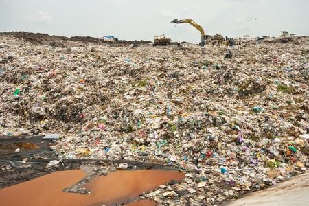 weerzinwekkend: Midden afval water, garbage, verontreiniging, slechte leven