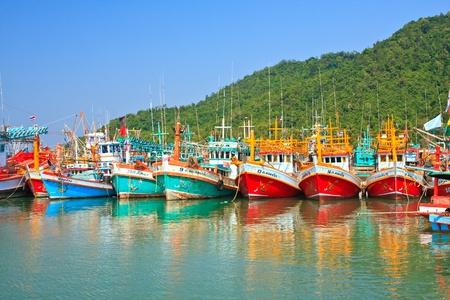 カラフルな多くタイの漁船、タイ