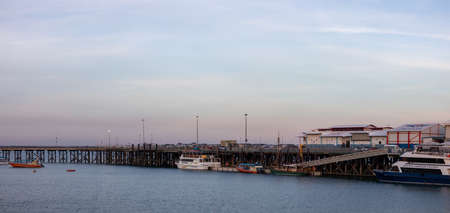 Panoramic picture of a pier and the Wharf in the city of Darwin, Northern Territory, Australia. Boats and beach near the city. Ocean views. Waterfront Banco de Imagens