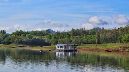 Raft House in Srinagarind Dam Lake, Kanchanaburi Province, Thailand 스톡 콘텐츠