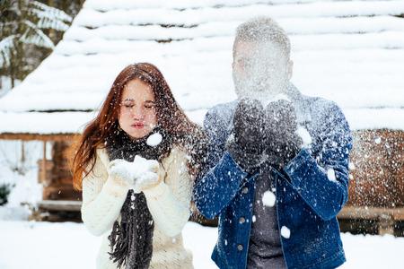 boule de neige: Jeune couple ayant boule de neige