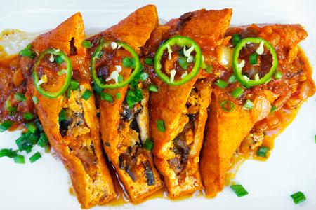 Krokante Halloumi-kaas steekt frietjes met chilisaus voor onderdompeling Stockfoto