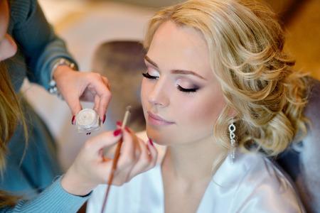 結婚式のメイクアップ アーティストが花嫁を作るを補います。