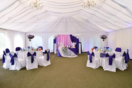 Beau restaurant de mariage pour le mariage. décor blanc pour la mariée et le marié. décoration colorée pour la célébration. Beauté intérieure de mariée. Bouquet, de la nourriture et des fleurs dans le hall
