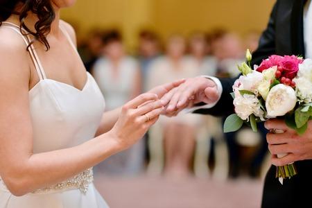 Schoonheids bruid en knappe bruidegom dragen ringen elkaar