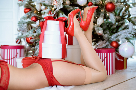 Hermosa sexy Papá Noel en bragas elegantes con regalos Foto de archivo