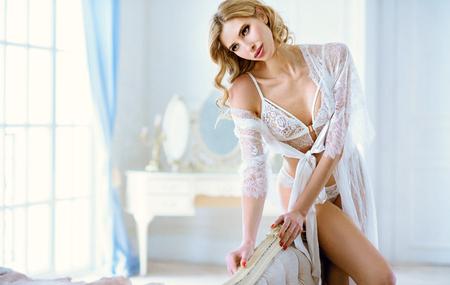 Belle dame sexy en robe blanche élégante