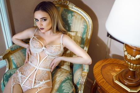 Belle dame en culotte blanche et soutien-gorge Banque d'images
