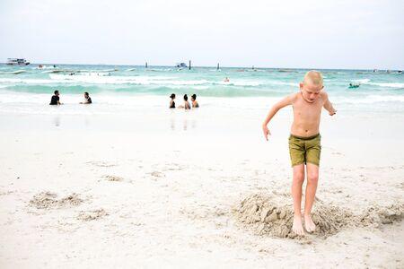piedi nudi ragazzo: il ragazzo a piedi nudi sulla spiaggia