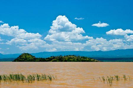 the national flag of kenya: Paisaje del lago Victoria, en Kenia, con el cielo azul Foto de archivo