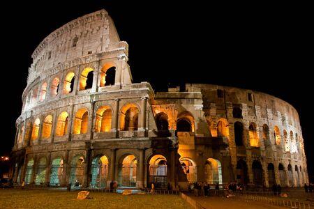 roma antigua: Anfiteatro Coliseo de la ciudad de Roma en la noche Foto de archivo