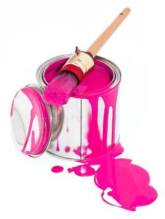 La vernice può con pennello gocciolante isolato su sfondo bianco