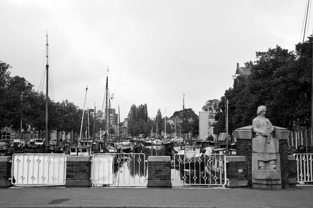 groningen: Cityscape met brug en de haven in Groningen