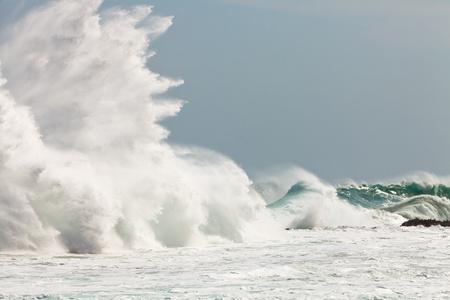 the granola: De onda de alta rompiendo en las rocas de la costa