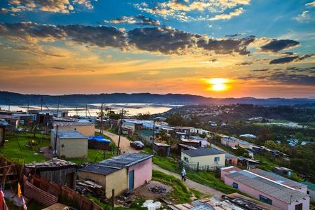 krottenwijk: Luchtfoto van een township in Zuid-Afrika bij zonsondergang