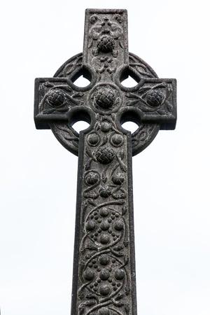 memorial cross: Piedra vieja tumba celta aislado en blanco Foto de archivo
