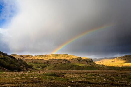 wheater: Arco iris sobre las monta�as de la sierra scotisch