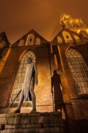 groningen: Nachtscène van Standbeeld voor een kerk in Groningen, Nederland