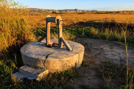 Wasserbrunnen und Gemüse in einer afrikanischen Landschaft bei Sonnenaufgang