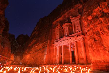 Die Schatzkammer, Petra bei Nacht. Eine alte Stadt von Petra, Al Khazneh in Jordanien Standard-Bild - 83117222