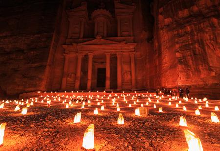 재무부, 밤에 페트라. 고대 도시 페트라, 요르단 알 카즈 네