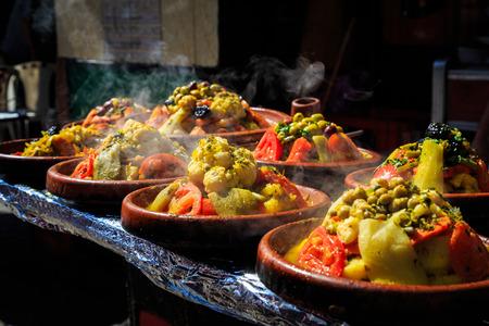 모로코의 시장에서 맛있는 야채와 따뜻한 tagines 많이 많이