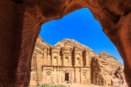 Das monumentale Gebäude Monastery Ad Deirs schnitzte aus Felsen in der alten Stadt von PETRA, Jordanien heraus Standard-Bild - 92330941