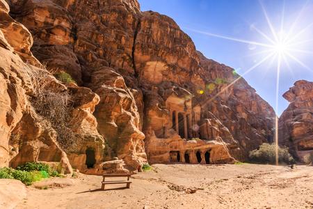 Caved gebouwen van Little Petra in Siq al-Barid, Wadi Musa, Jordanië overdag