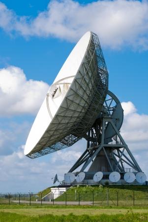 satelite: Imagen de una antena parab�lica grande para la comunicaci�n transatl�ntica
