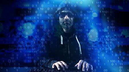 teclado: Hacker escribiendo en el teclado azul de fondo binario Foto de archivo