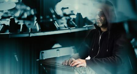 サイバー セキュリティ男のハッカー攻撃 写真素材
