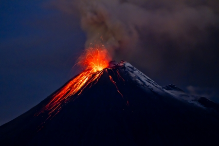 Wybuch wulkanu Tungurahua i niebieskie niebo