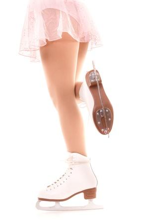Frau Beine in weißen Schlittschuhen