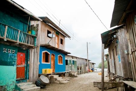 krottenwijk: derde wereld omgeving met kleurrijke huizen Stockfoto