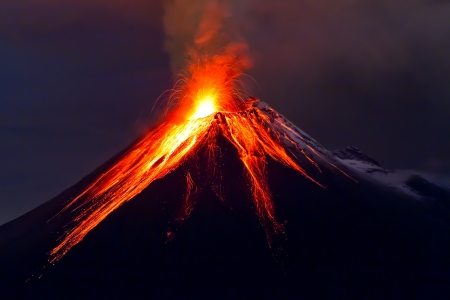 Éruption du volcan Tungurahua la nuit, avec de la neige, de l'Equateur