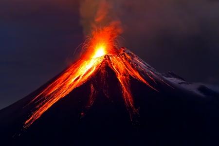 uitbarsting: Tungurahua Vulkaan uitbarsting in de nacht, met sneeuw, Ecuador Stockfoto