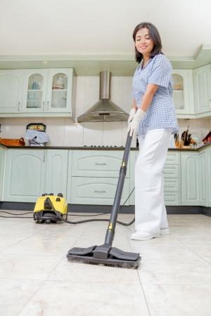 Bonne femme regardant faire le ménage