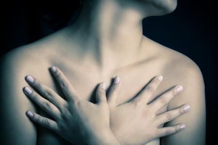 cancer de mama: cerca, cuerpo de mujer en topless cubriendo sus pechos