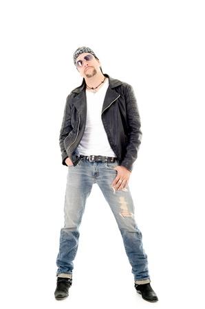 moteros: Un conductor de motocicleta machista vestido con su chaqueta de cuero