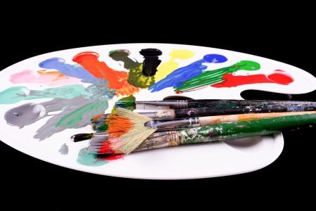 pallette: palette avec des pinceaux et peintures