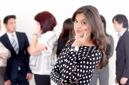 Portrait de jeune femme asiatique pensive avec ses partenaires d'affaires sur le fond